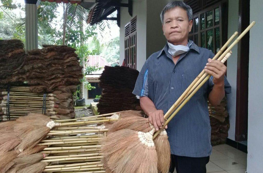 Penolih Olah Limbah Jadi Berkah – Sapu Sabut Kelapa  Produk Unggulan Desa Penolih